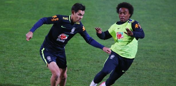 Willian treinou entre os titulares da seleção brasileira na atividade desta terça-feira (6)