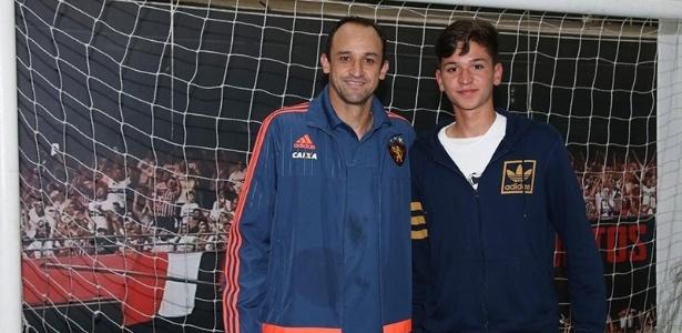 Magrão e o filho Rafael durante visita ao Morumbi; jovem joga na base do São Paulo