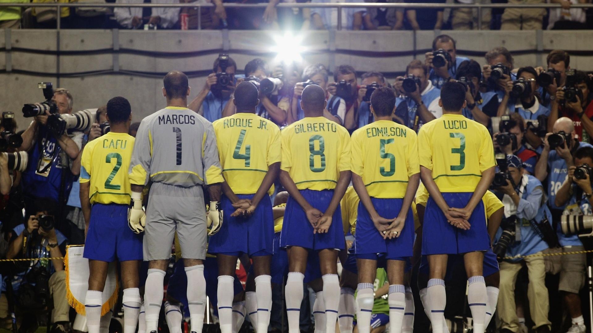 Detalhe da foto posada da seleção brasileira em 2002, antes do confronto com a Bélgica, pelas oitavas da Copa do Mundo