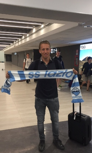 Lazio divulga foto de Lucas Leiva no aeroporto de Roma
