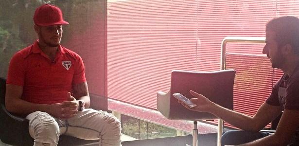 O goleiro Jean já concede entrevista com a camisa do São Paulo