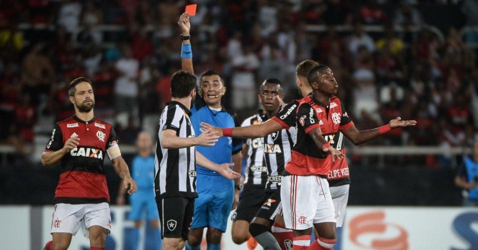 Vinícius Júnior recebe o cartão vermelho no clássico carioca