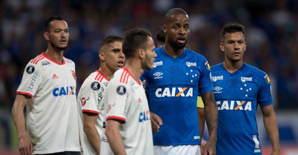 Jogadores de Cruzeiro e Flamengo se posicionam na área do Mineirão