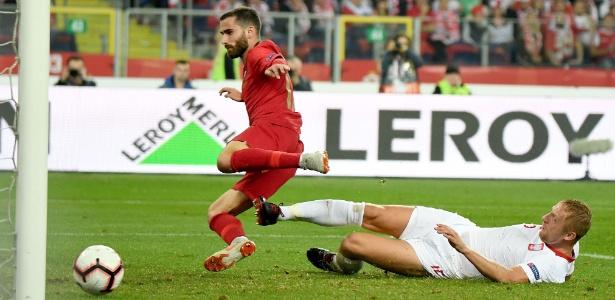 O polonês Glik faz gol contra ao tentar desarmar o português Rafa