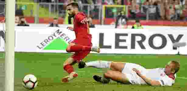 O polonês Glik faz gol contra ao tentar desarmar o português Rafa - Janek SKARZYNSKI / AFP
