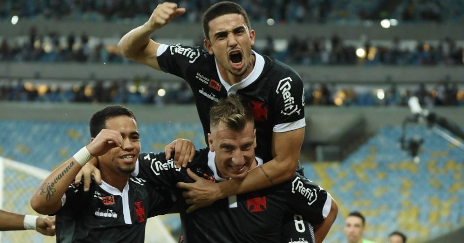 Jogadores do Vasco comemoram o gol de Maxi López contra o Fluminense