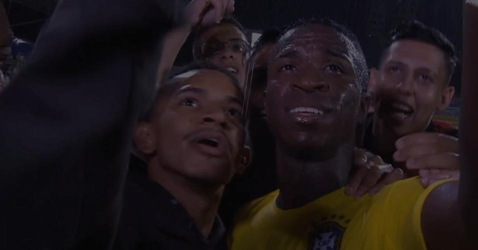 Vinícius Jr. tirando fotos com fãs