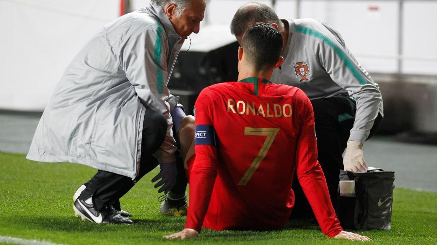 Cristiano Ronaldo é atendido por médicos após sentir a coxa na partida Portugal x Sérvia - Rafael Marchante/Reuters