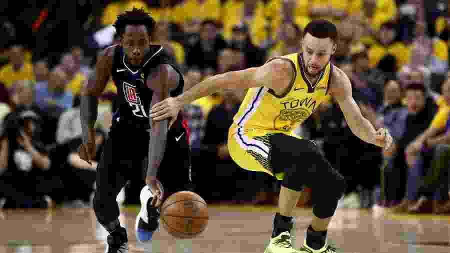 Patrick Beverley rouba a bola de Stephen Curry durante Golden State Warriors x Los Angeles Clippers - Ezra Shaw/Getty Images/AFP