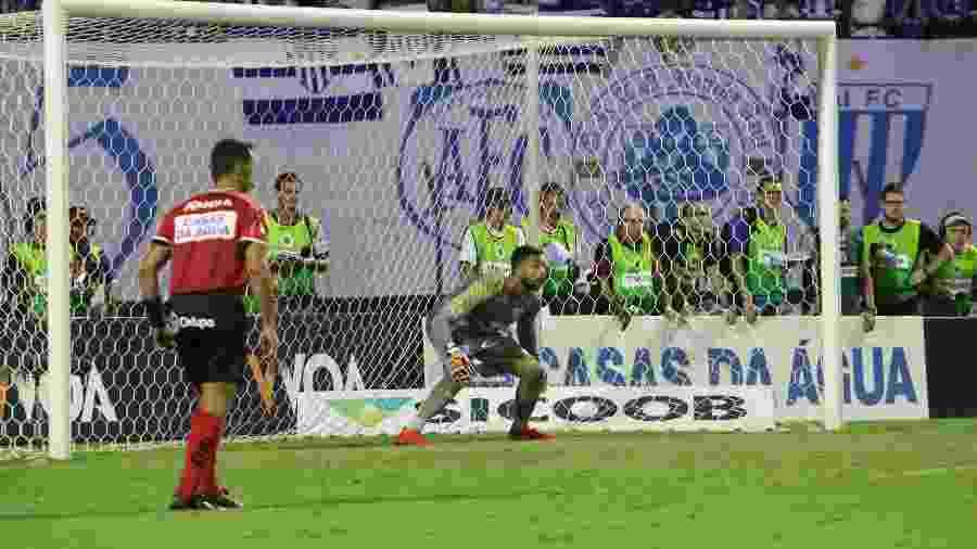Vladimir, goleiro do Avaí, antes de cobrança de pênalti durante decisão do catarinense; time volta a enfrentar a Chapecoense - Frederico Tadeu/Avaí F.C.