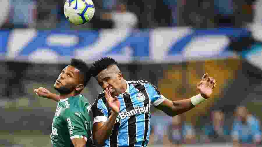 Cortez disputa bola com Borja em jogo contra o Palmeiras pelo Brasileirão; lateral se machucou na Libertadores - Pedro H. Tesch/AGIF