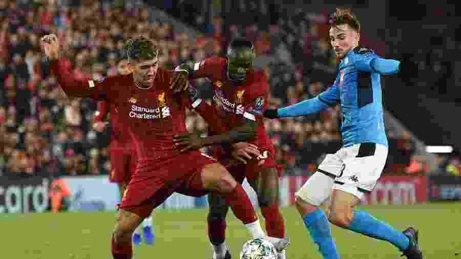 Firmino e Sadio Mané disputam a bola com Fabian Ruiz em Liverpool x Napoli - Oli SCARFF / AFP