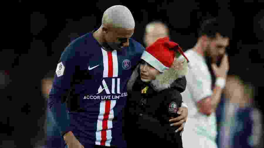Criança invadiu jogo do PSG, deu caneta em Mbappé e ganhou autógrafo do jogador - Gonzalo Fuentes/Reuters