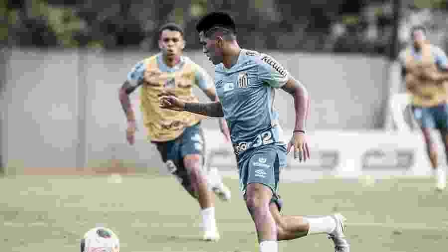 Ivonei carrega bola durante treino do Santos no CT Rei Pelé - Ivan Storti/Santos FC