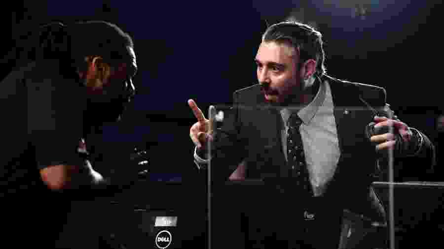 """Ex-lutador, o comentarista Dan Hardy fala com o árbitro Herb Dean após fim da luta entre Francisco """"Massaranduba"""" e Jai Herbert - Jeff Bottari/Zuffa LLC via Getty Images)"""