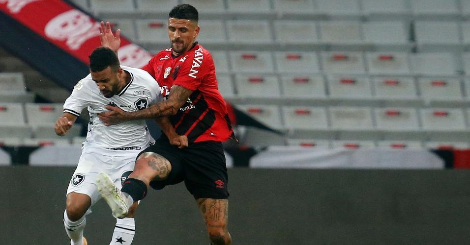 Lucho González e Caio Alexandre disputam a bola na partida entre Athletico x Botafogo