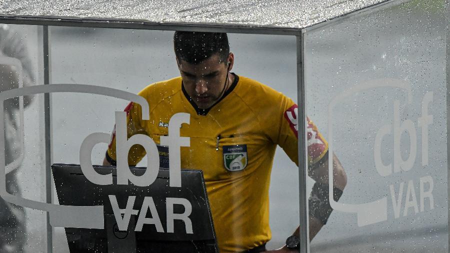 Árbitro Diego Pombo Lopez em ação  - Thiago Ribeiro/AGIF