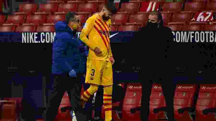 Piqué sofreu lesão no joelho contra o Atlético de Madri e vira problema para a Champions - GABRIEL BOUYS / AFP