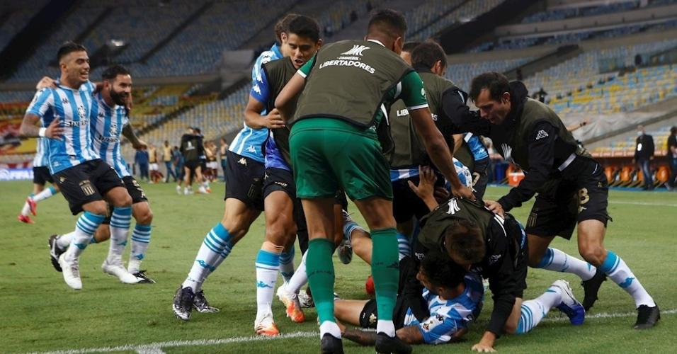 Elenco do Racing comemora vitória nos pênaltis contra o Flamengo