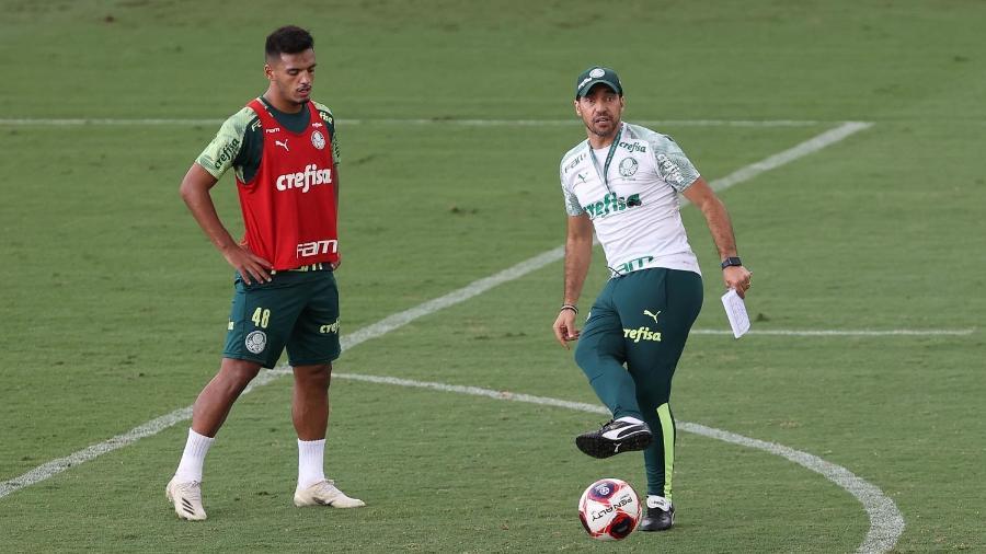Gabriel Menino e Abel Ferreira durante treino do Palmeiras, na Academia de Futebol - Cesar Greco