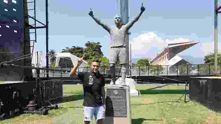 Léo Jabá posou para fotos ao lado da estátua de Romário, no gramado de São Januário - Rafael Ribeiro / Vasco - Rafael Ribeiro / Vasco