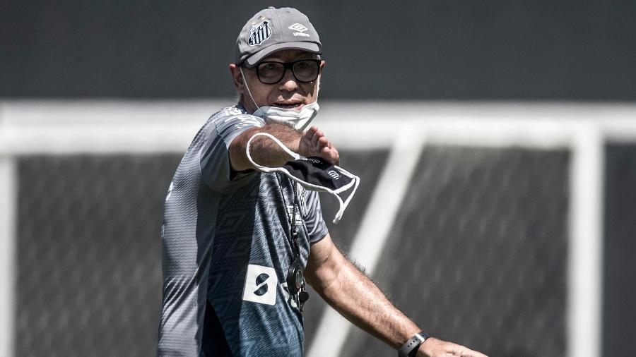 Ariel Holan, técnico do Santos, durante treino nesta segunda, no CT Rei Pelé - Ivan Storti/Santos FC