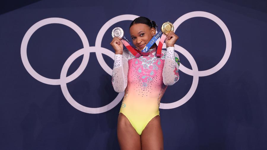 Rebeca Andrade posa com as medalhas conquistadas nos Jogos Olímpicos de Tóquio - Laurence Griffiths/Getty Images