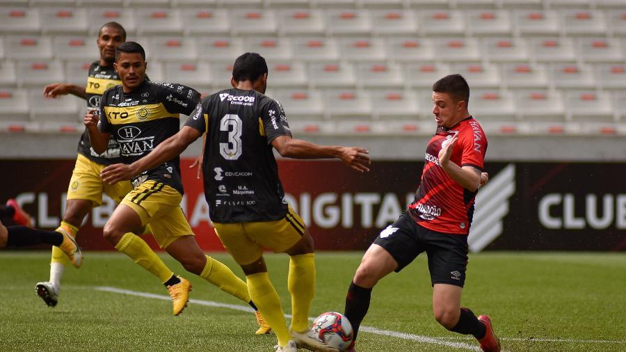Renato Kayzer disputa a bola pelo Athletico na 1ª semi do Campeonato Paranaense contra o Cascavel - DU CANEPPELE/O FOTOGRÁFICO/ESTADÃO CONTEÚDO