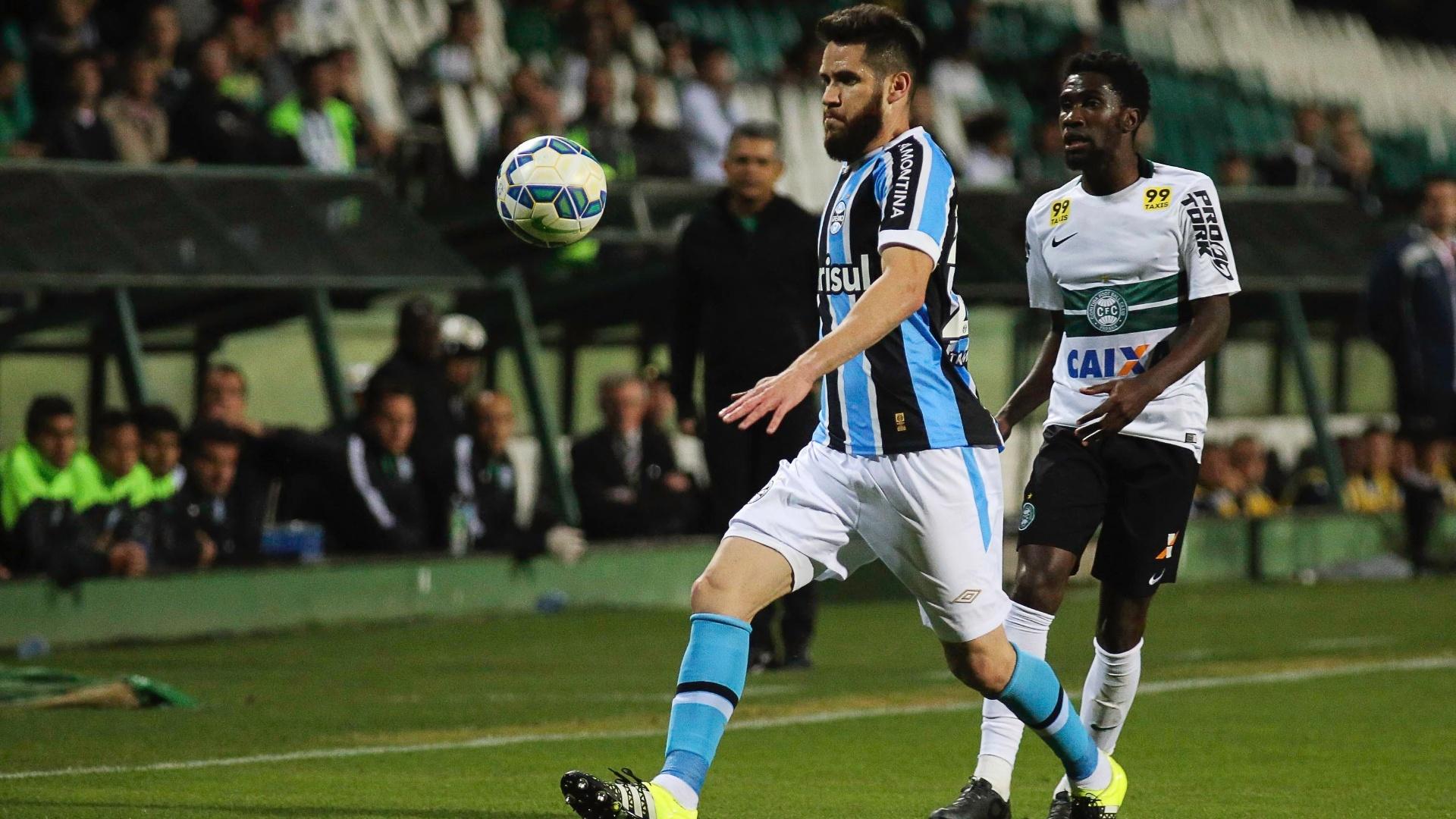 Autor do gol da vitória do Grêmio sobre o Coritiba, Marcelo Oliveira briga pela posse de bola