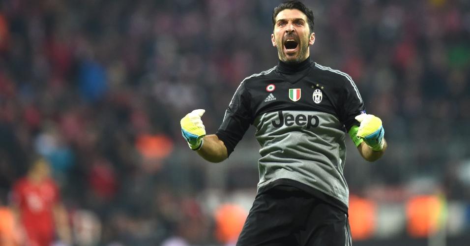 Buffon comemora após gol da Juventus contra o Bayern de Munique