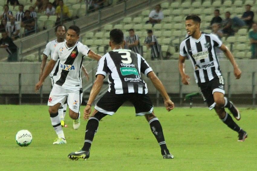 Jorge Henrique arrisca chute diante da marcação de Valdo na partida Ceará x Vasco