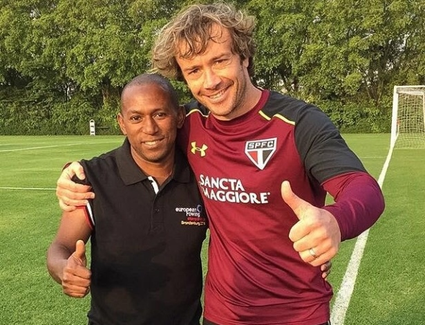 Mineiro visita CT do São Paulo e tira foto com o ex-companheiro Lugano