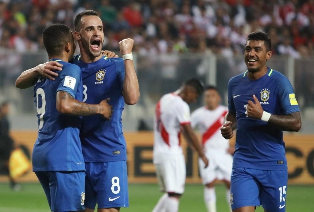 Renato Augusto comemora com Gabriel Jesus o segundo gol do Brasil contra o Peru