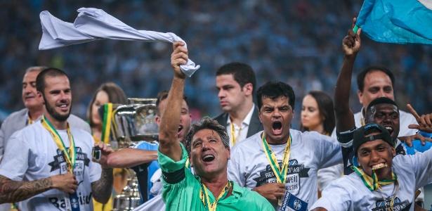O técnico Renato Gaúcho comemora o título com os jogadores do Grêmio