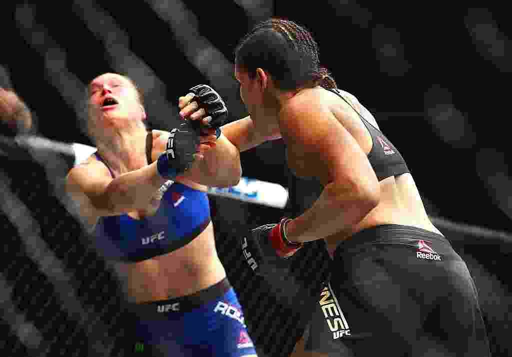 Amanda Nunes nocauteia Ronda Rousey em 48 segundos no UFC 207 e mantém o cinturão dos galos - Mark J. Rebilas-USA TODAY Sports