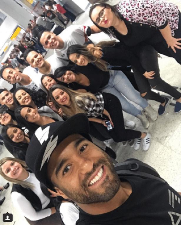 Lucas Moura, do PSG, teve uma recepção de gala da família ao voltar ao Brasil para as férias
