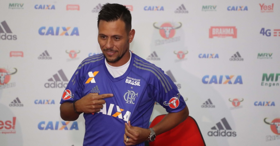 Diego Alves é apresentado e veste a camisa de goleiro do Flamengo pela primeira vez
