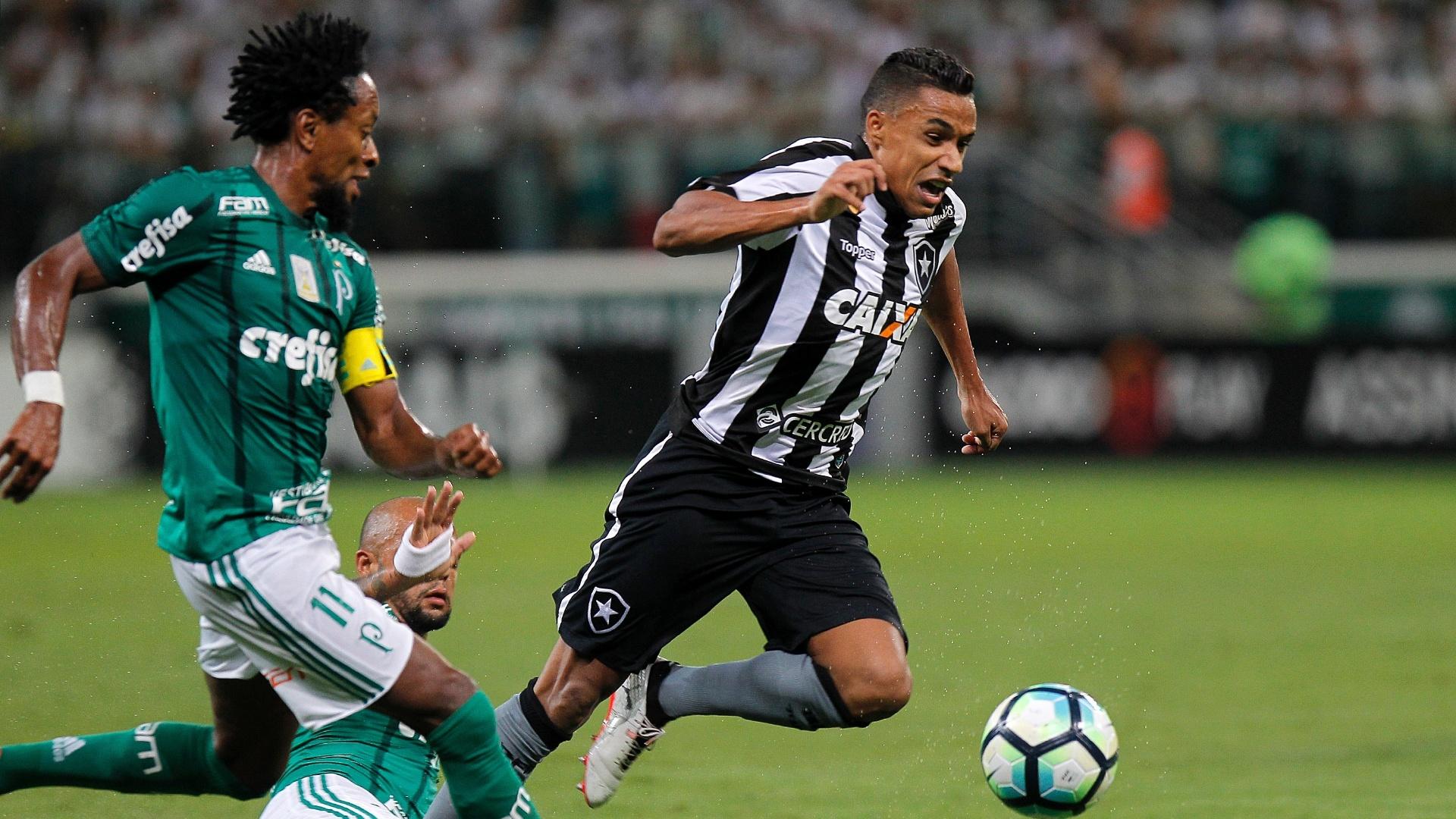 Arnaldo, lateral do Botafogo, passa pela marcação dupla do Palmeiras, com Felipe Melo e Zé Roberto