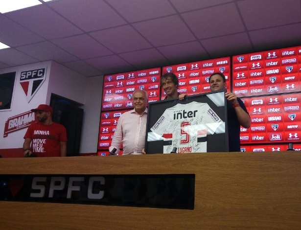 Lugano recebeu quadro com camisa autografada por todo o elenco após jogo