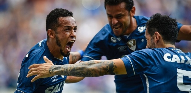Rafinha, do Cruzeiro, comemora gol marcado contra o Villa Nova