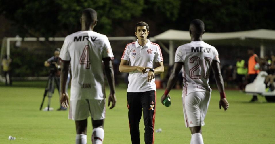 Maurício Barbieri comandou o Flamengo no empate por 2 a 2 com o Vitória