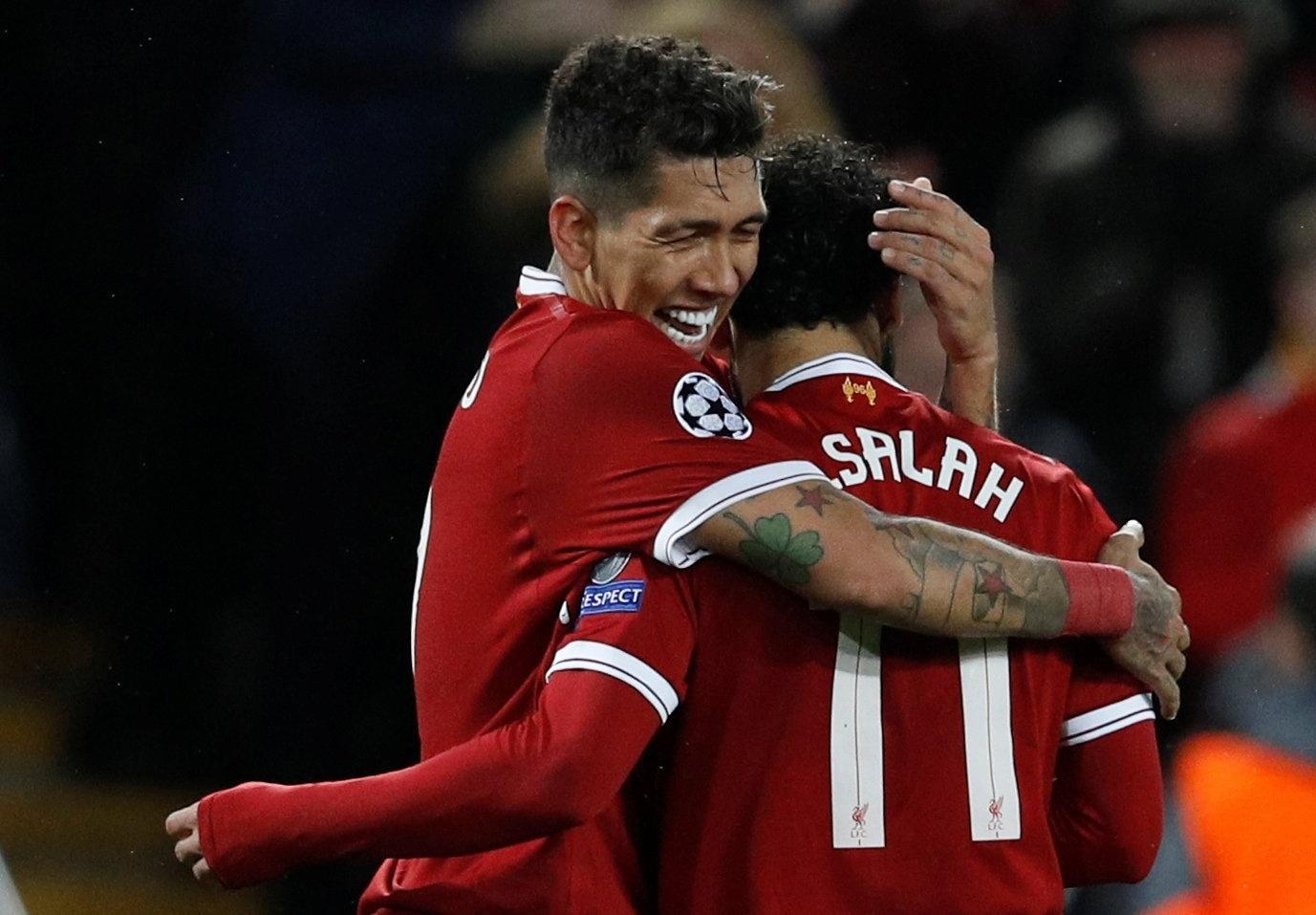Roberto Firmino e Salah se abraçam após o quarto gol do Liverpool sobre a Roma