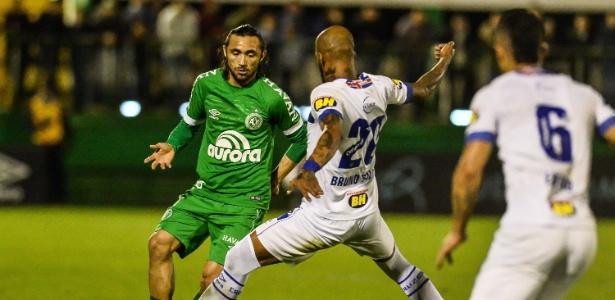 Apodi divide a bola com Bruno Silva no jogo entre Chapecoense e Cruzeiro