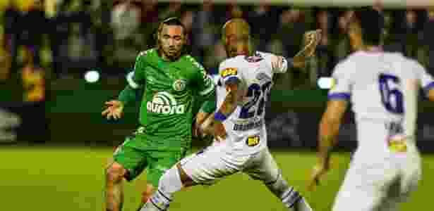 Apodi divide a bola com Bruno Silva no jogo entre Chapecoense e Cruzeiro - Ricardo Luis Artifon/AGIF