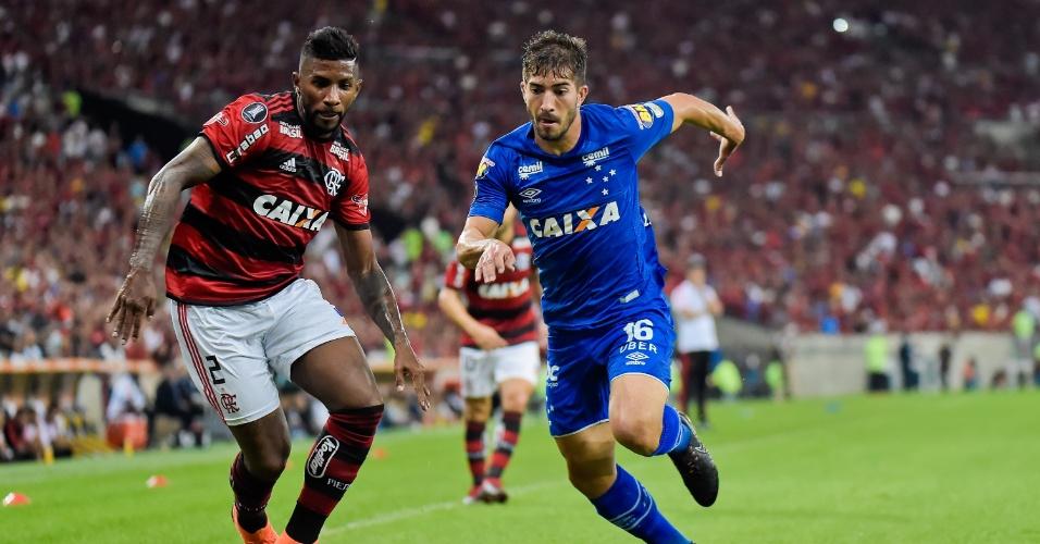 Lucas Silva, do Cruzeiro, disputa a bola com Rodinei, do Flamengo