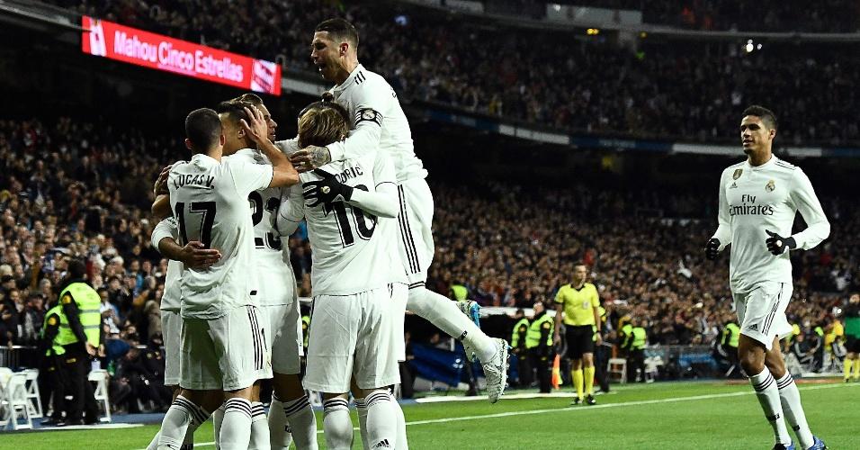 45382115b5e9a Jogadores do Real Madrid comemoram primeiro gol da partida contra o  Valencia pelo Campeonato Espanhol