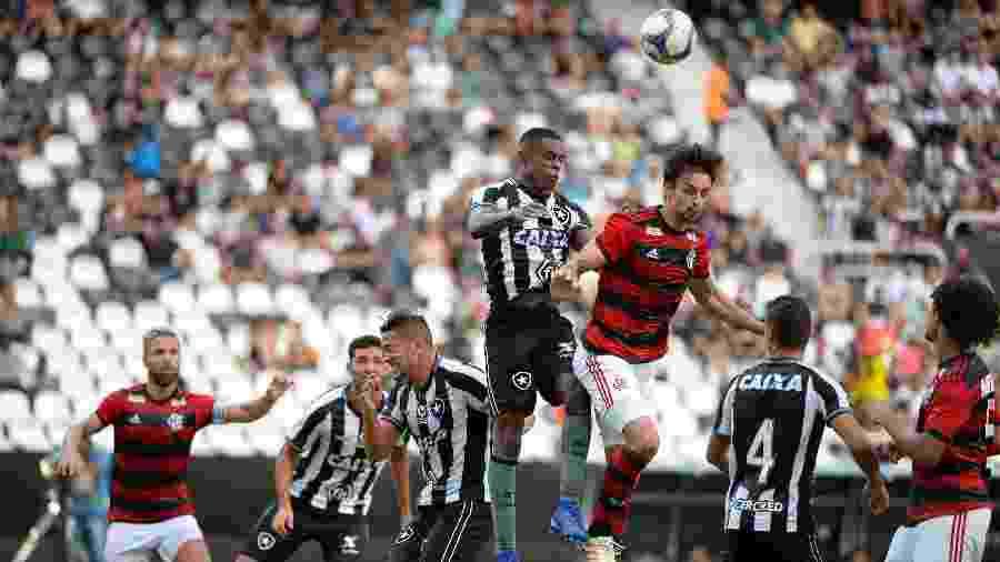 Marcelo Benevenuto disputa bola com Rodrigo Caio em jogo do Botafogo contra o Flamengo; Alvinegro tem projeto para virar S/A - Alexandre Vidal / Flamengo