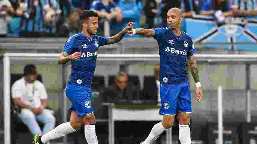 Diego Tardelli comemora gol do Grêmio com Matheus Henrique - Pedro H. Tesch/AGIF