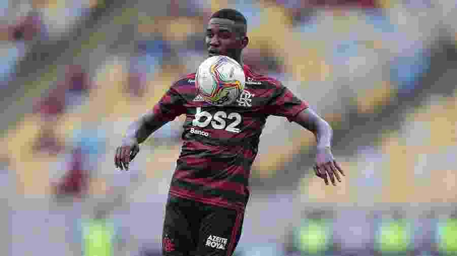 Ramon, um dos talentos da base do Flamengo, diante do Macaé - Thiago Ribeiro/ Agif