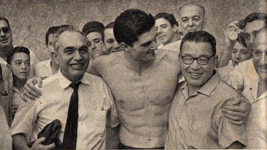 Manoel dos Santos abraça Minoru Hirano, seu técnico - Arquivo pessoal